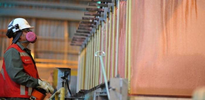 Menores inventarios de cobre y alza de importaciones chinas de concentrados impulsan precio del metal
