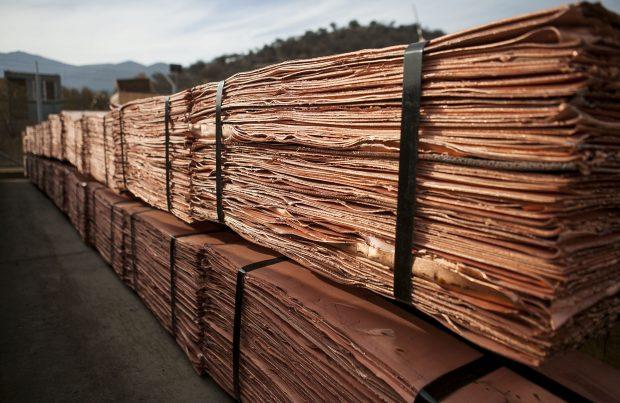 Depreciación del dólar y dinamismo de actividad manufacturera china impulsan precio del cobre